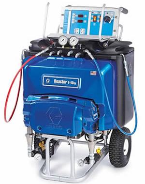 小型電動式混合装置(リアクターE-10hp) トラック設置用リアクター「E-10Hp」 最高動作圧力 17.2MPa 最大ホース長さ 27m 最高液体温度 77℃ 吐出量 3.8ℓ/min 重量 108kg スプレーガン Fusion APガン AR2929 ※コンプレッサー 2馬力(200V、100V) ※発電機 5KVA(200V) ※ヒーター(ペール缶用及び一斗缶用) 投げ込みヒーター バンドヒーターなど 比較的小規模スプレーに適するコンパクトタイプ コンパクトで持ち運びが便利なスプレー機のため、現場での小回り良く、届きにくい場所に適する。 自給式システムのため移送ポンプ不要(A剤25ℓ+B剤25ℓの断熱タンクを内蔵) ペール缶及び一斗缶用ヒーターで加温・撹拌後にタンクに投入する必要がある。 家庭用電源も可能だが200V発電機を推奨